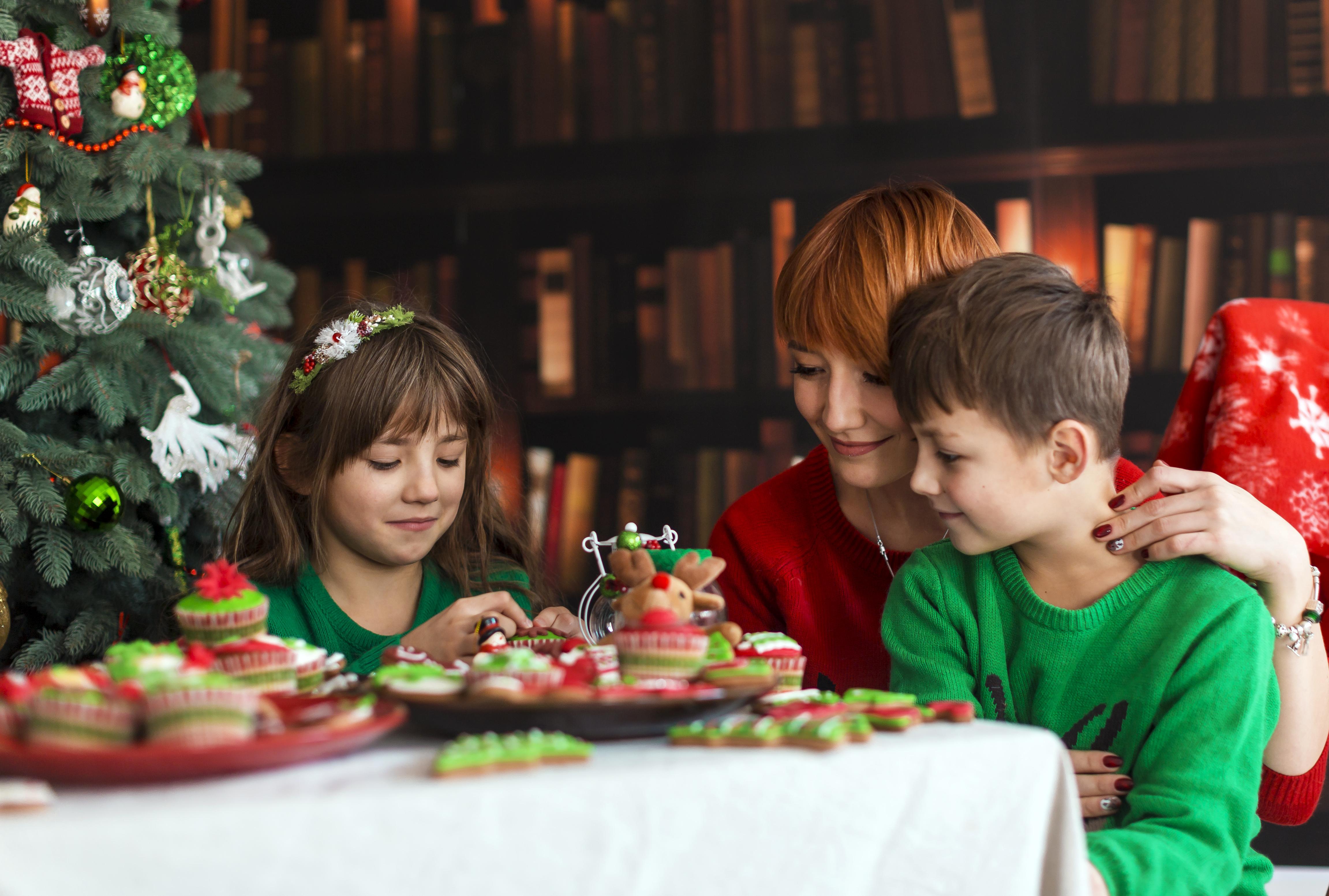 Майка с деца на празнична трапеза. Как да избегнем преяждането по празниците.