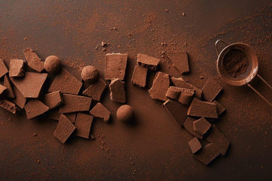 чаша с какао и парченца шоколад