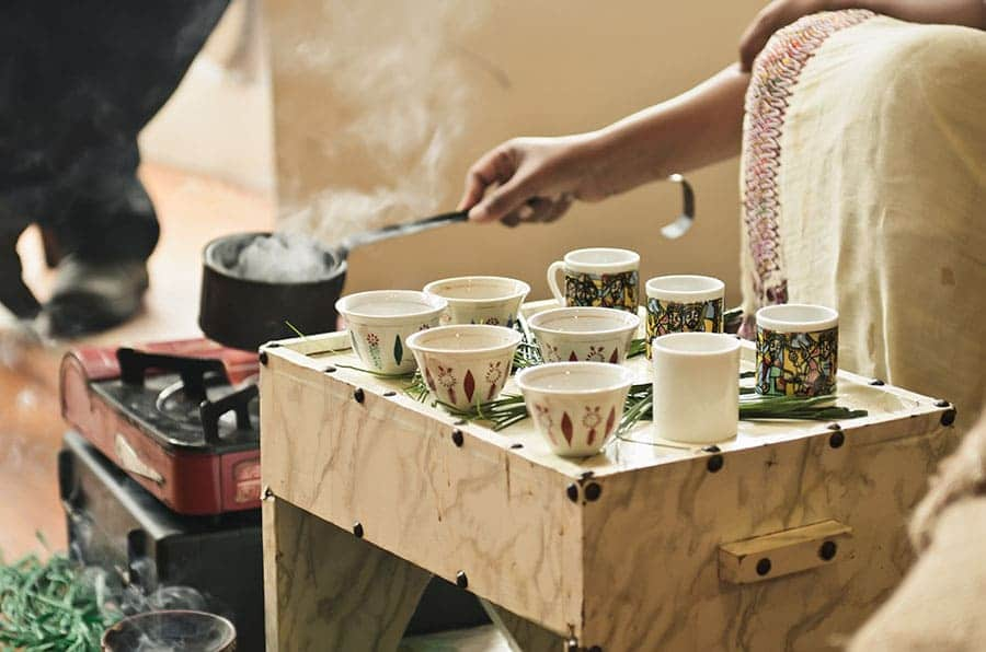 Церемония по поднасяне на кафе в Етиопия. Тя се извършва от жена, която не трябва да излива дори капка кафе.