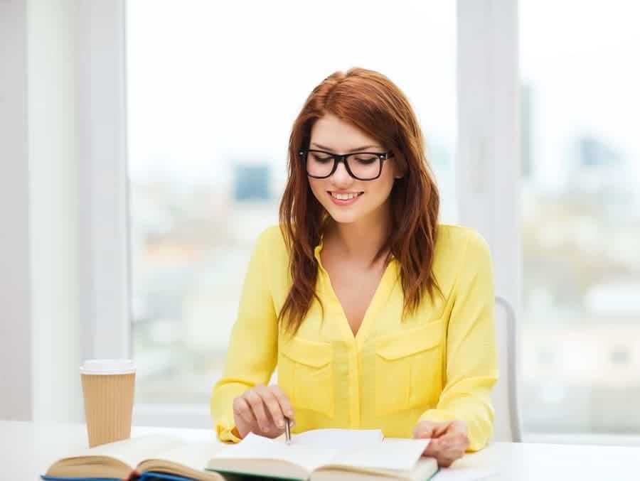 Умората след карантина.Млада жена, облечена с жълта риза, видимо в добро настроение, научаваща нова информация.