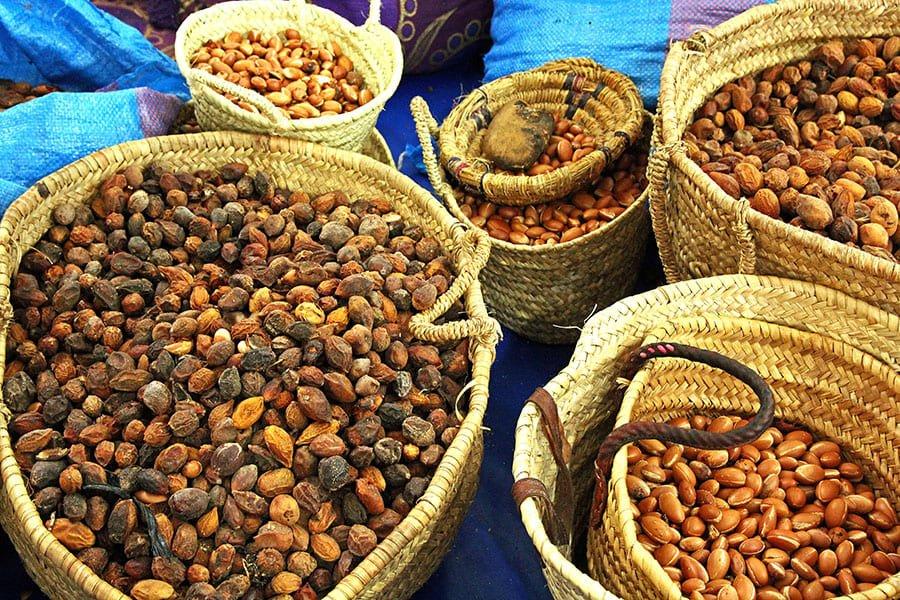сушени арганови семена, готови за обработка. Преди извличането на маслото от тях.