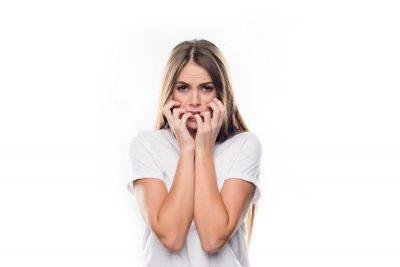 Жена, която е в паника и гризе своите нокти
