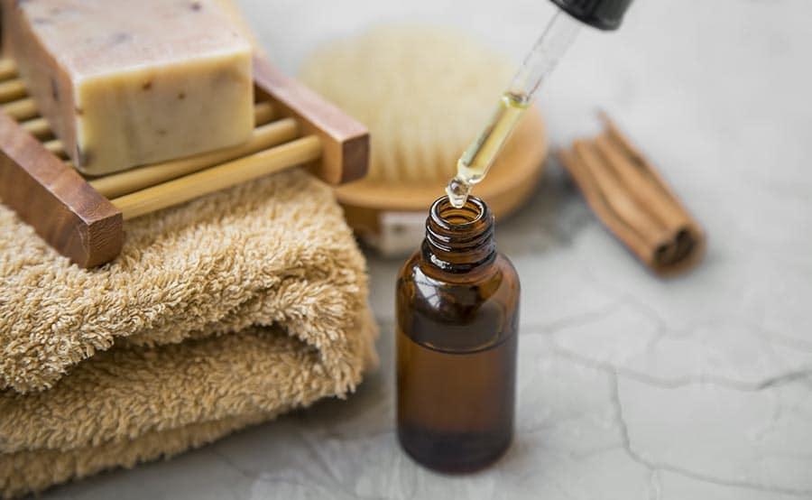 Арганово масло със стъклена пипетка, в спа салон, подготвено за процедура.