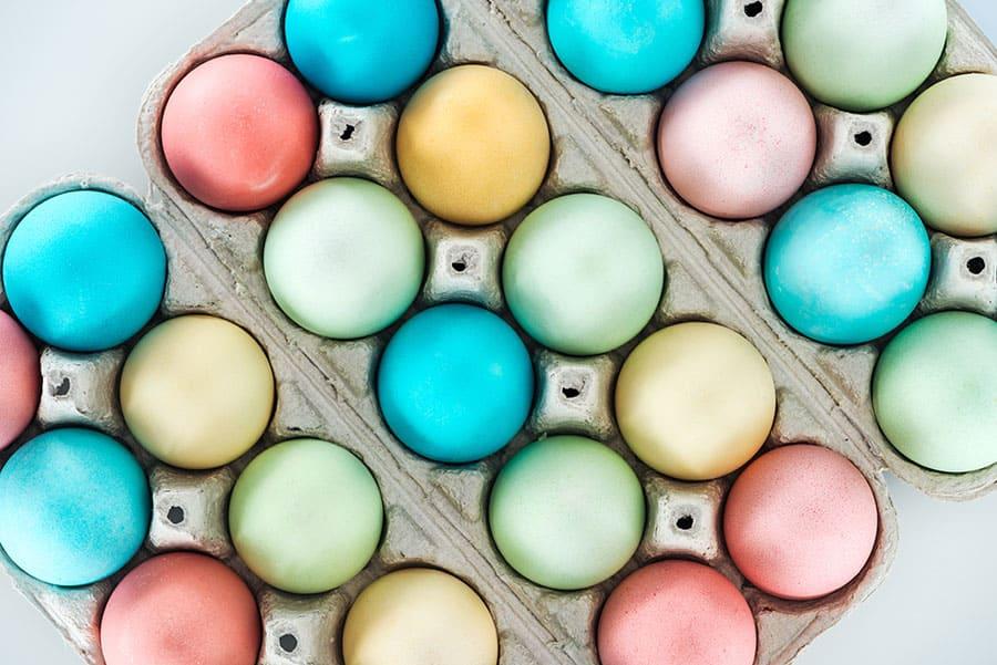 Естествено боядисани яйца, преварени в билки и растения.