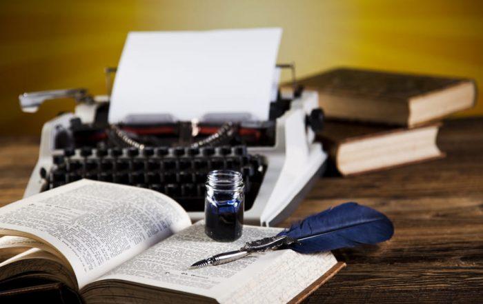 Пишеща машина с перо и мастило, олицетворяват писмеността и културата.