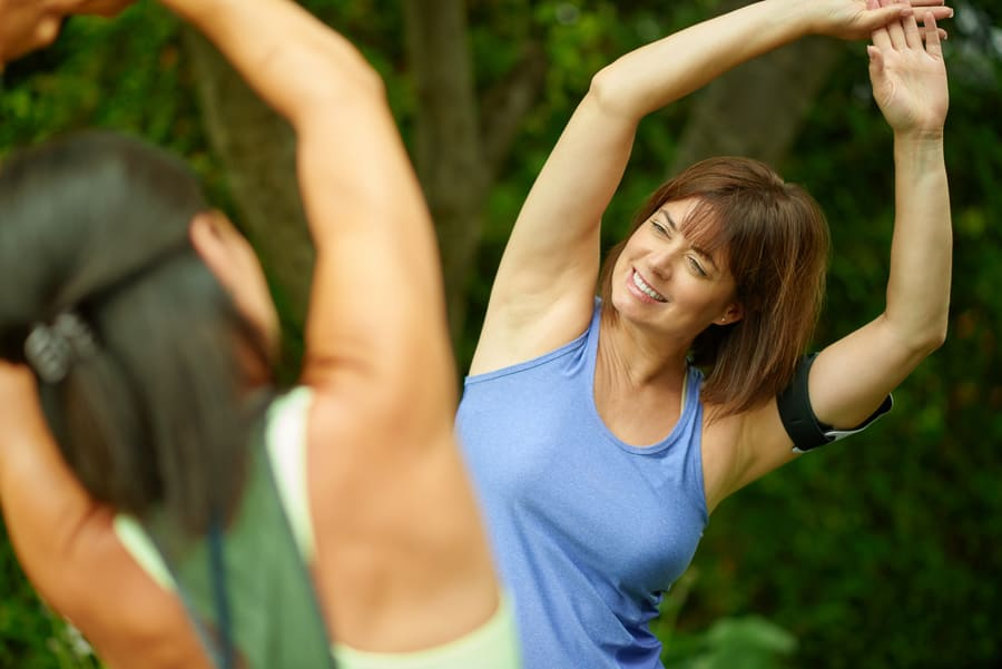 Жена, която се разтяга, практикувайки друг спорт.