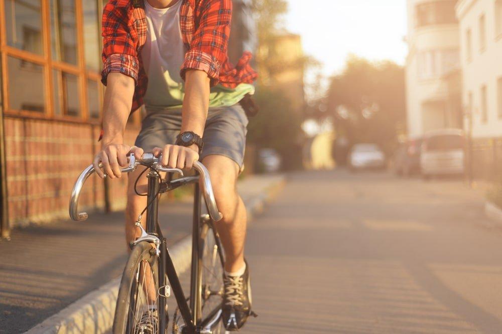 Мъж на колело, извършва редовно движение и спорт.