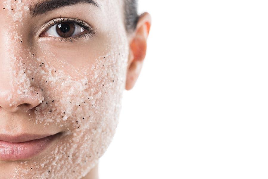 Жена с млада кожа, ексфолиране на кожата. Нанесена маска за лице с натурални съставки.