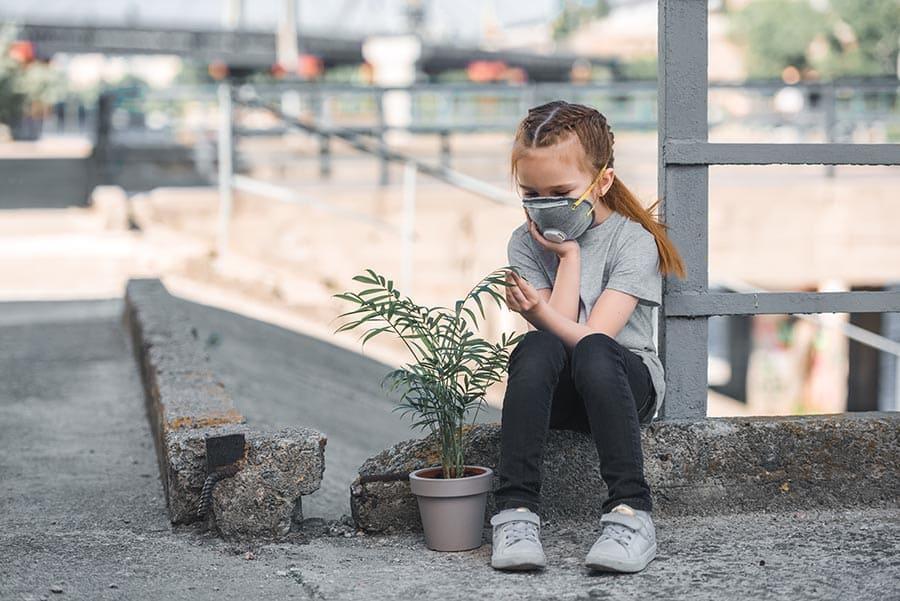 Дете с маска, заради силно замърсяване на въздуха