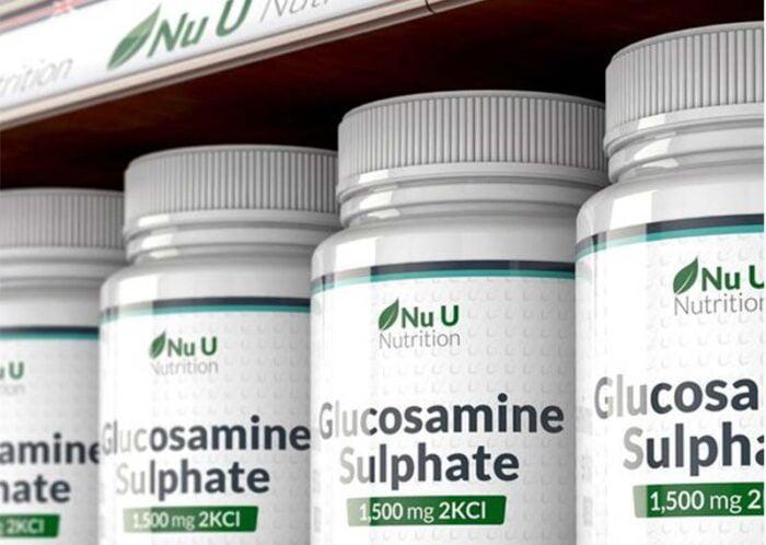 Опаковки глюкозамин сулфат, наредени на рафт.