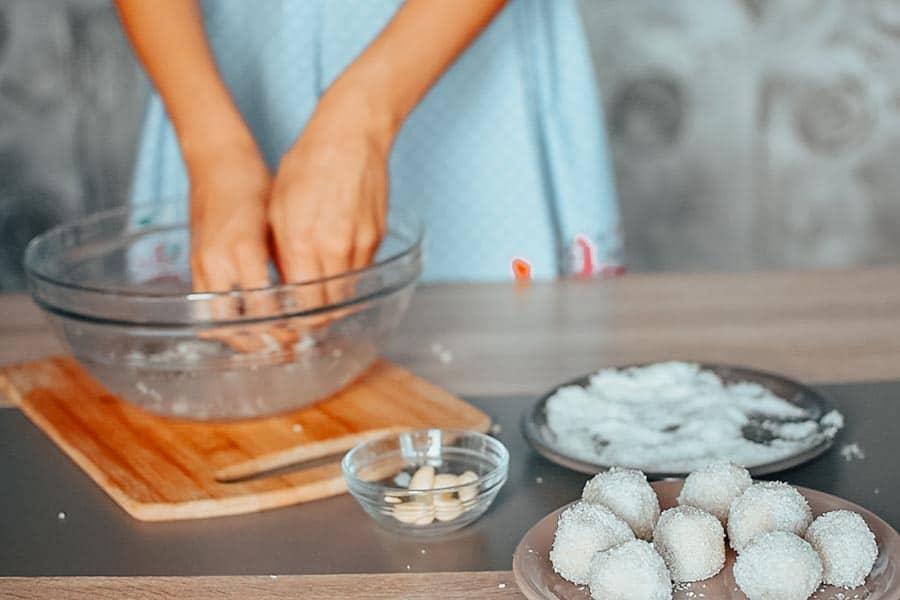 Кето пай. Бонбони Рафаело в кето вариант - в процес на приготвяне.
